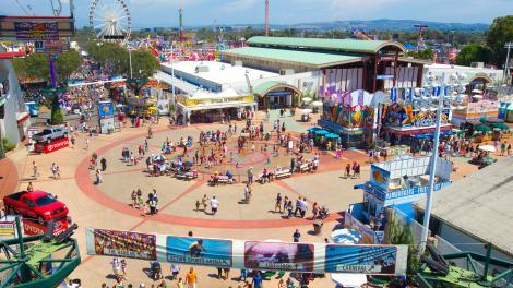 从空中鸟瞰橙县最热闹的集市 oc fair 集市.