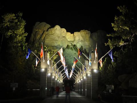在夜晚照亮拉什莫尔山上的伟人面容,以便欣赏