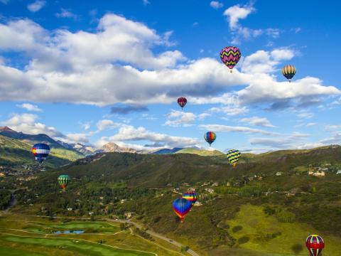 斯诺马斯热气球节上在高空飞行的热气球