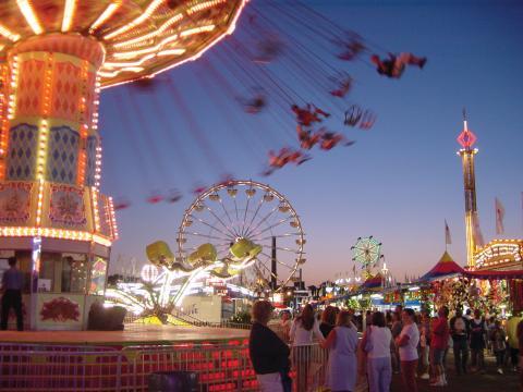 人们在明尼苏达州博览会期间体验惊险刺激的游乐设施
