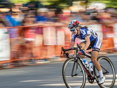 人群在 Twilight Criterium 自行车赛赛道旁为自行车手欢呼呐喊