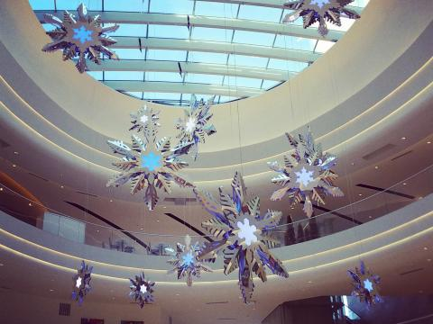 节日期间,美国商城的购物商店张灯结彩