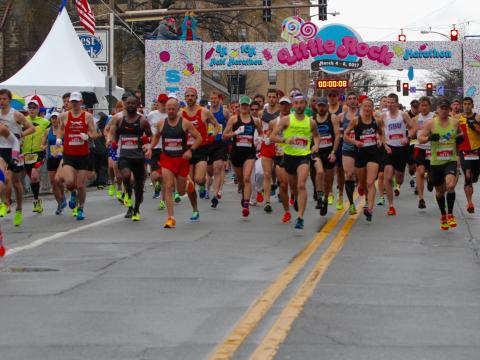 运动选手在小石城马拉松比赛中蓄势待发