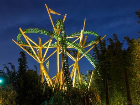 坦帕湾布希公园夜色中的猎豹过山车