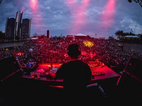 底特律电子音乐节期间在哈特广场上表演的 Maceo Plex 和 Ben Klock