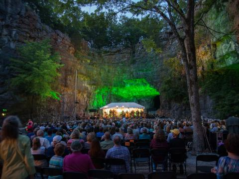 阿拉巴马州亨茨维尔 Three Caves Concert Series 系列音乐会期间,在岩洞内举行的现场音乐表演