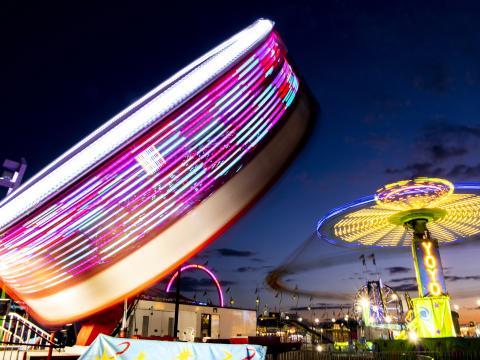 斯普林菲尔德的伊利诺伊州博览会期间晚上丰富多彩的游乐设施