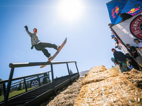 在加利福利亚州大熊湖举办的 Hot Dawgz & Hand Rails 滑雪活动期间尽享滑雪之乐