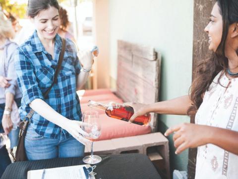 """在帕索罗布尔斯举行的""""帕索佳酿:仙粉黛周末""""葡萄酒节期间品尝由仙粉黛葡萄酿造的葡萄酒"""