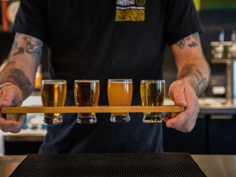在加利福尼亚州蒂梅丘拉的一家啤酒厂品尝精酿啤酒