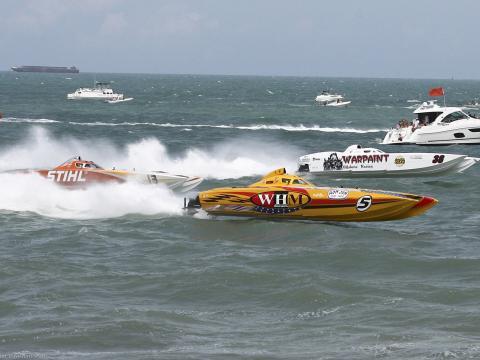 佛罗里达州 Thunder on Cocoa Beach 巨艇赛期间在大西洋上比赛的超级游艇