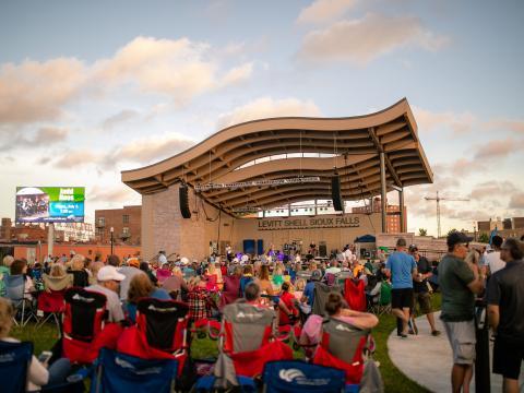 在苏福尔斯的夏季系列音乐会 Levitt at the Falls 上观看现场音乐表演