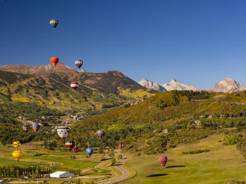 在科罗拉多州的斯诺马斯热气球节上,热气球漂浮在山地景观上